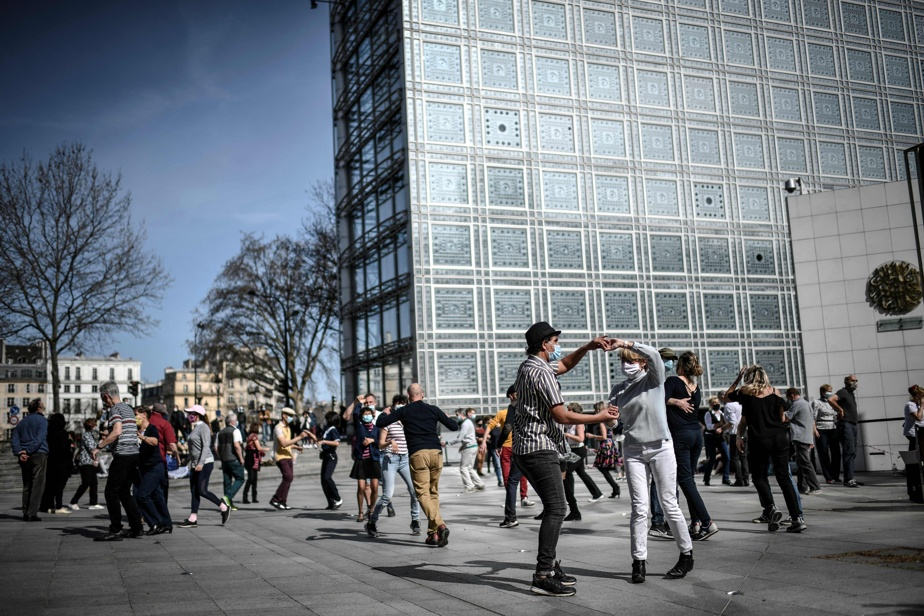 On March 28th, the Parisians took advantage of the good weather to dance in the courtyard of the Arab World Institute.
