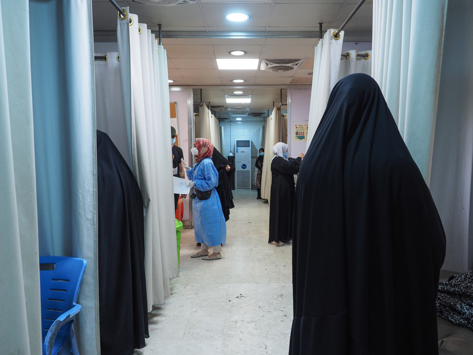 The corridor of the emergency department of Al-Kindi Hospital, which is home to about fifteen patients with Covid-19.