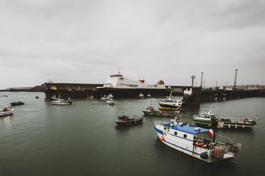 Des navires de pêche français bloquent le port de Saint-Hélier, sur l'île de Jersey. La manifestation était tenue sous la surveillance de deux navires militaires de la RoyalNavy.