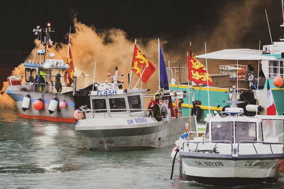 Démonstration de force devant l'île de Jersey, jeudi, où des navires de pêche normands et bretons ont protesté contre les nouvelles exigences pour la pêche en eaux britanniques.