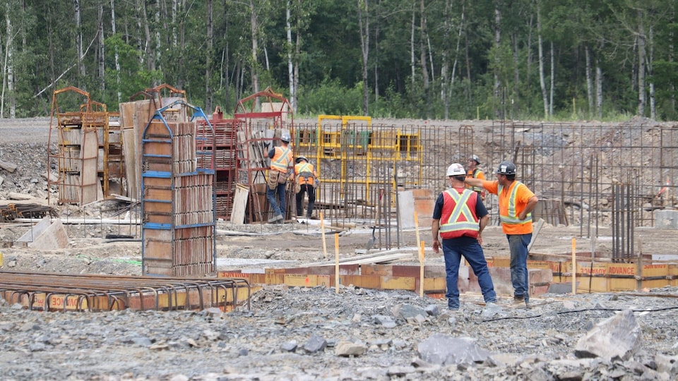 Workers on the construction site discuss.