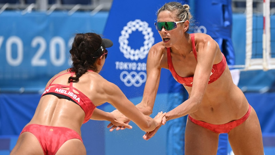 Sarah Pavan and Melissa Humana Paredes shake hands.
