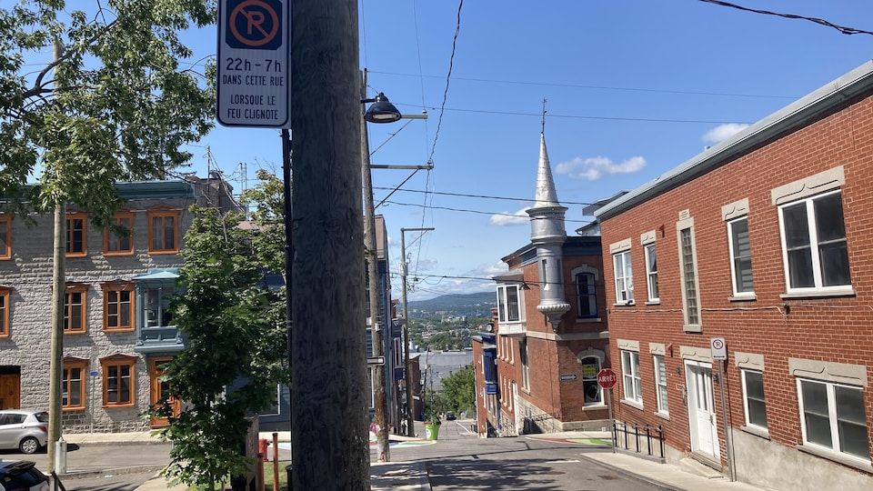 Banner forbidding parking.